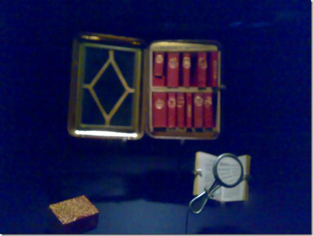 微型图书馆,要用放大镜才能看清小书上的字~好可爱哦
